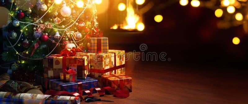 艺术圣诞树和假日在壁炉背景提出 免版税库存照片