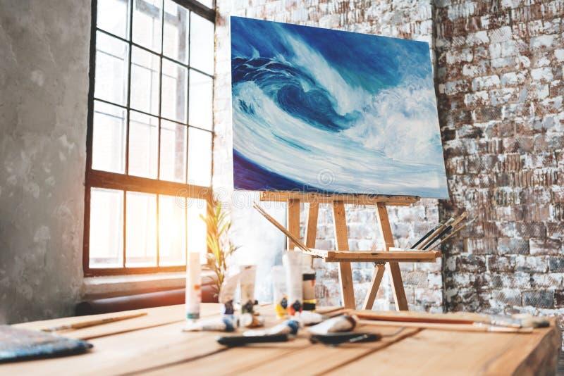 艺术室 艺术家工作区在画家演播室 在一个画架的绘画在刷子和油漆中 免版税库存图片
