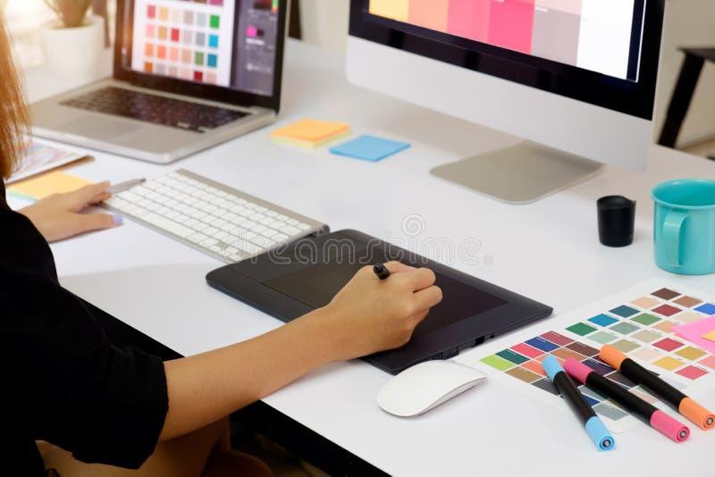 艺术家图画某事在图形输入板在办公室 库存照片