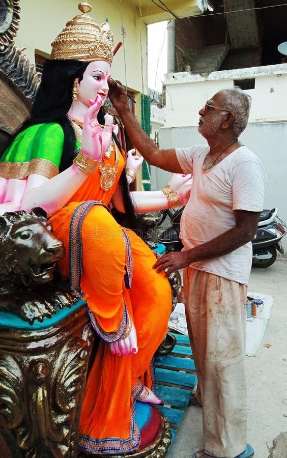 艺术家在女神杜尔加雕塑绘了  印第安节日 免版税库存照片