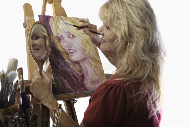 艺术家女性五十年代她的绘画 免版税图库摄影