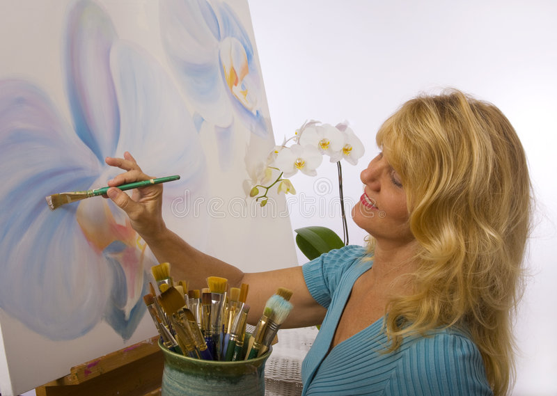 艺术家女性她的绘画工作室 图库摄影