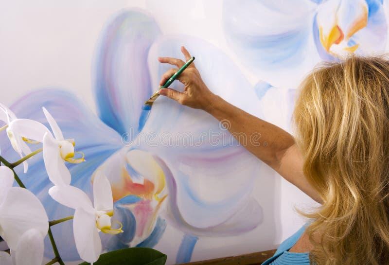 艺术家女性她的绘画工作室 免版税库存图片