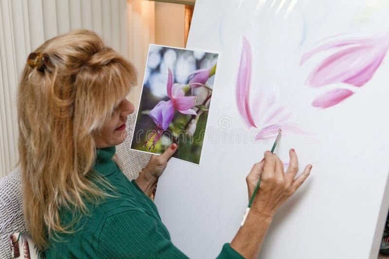 艺术家女性绘画 免版税库存照片