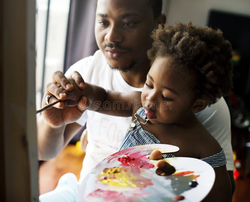 艺术家家庭我的父亲教颜色 免版税库存图片