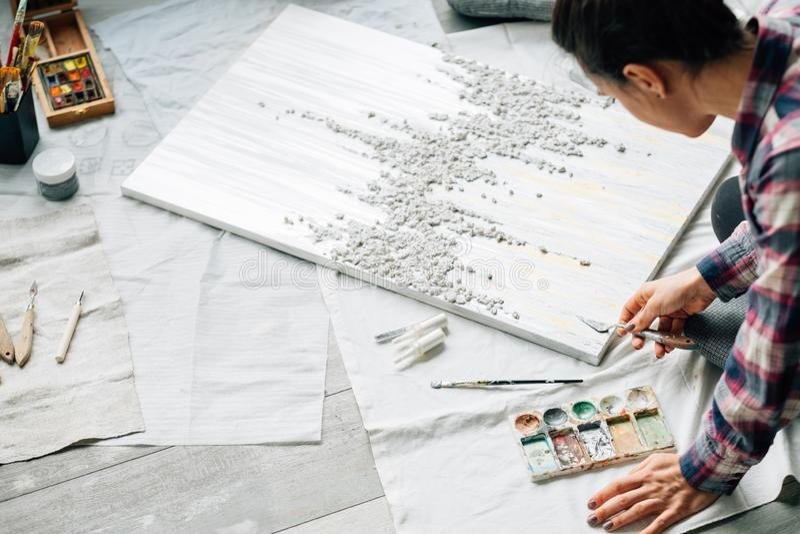 艺术家工作创造性的生活方式习性妇女地板 免版税库存图片