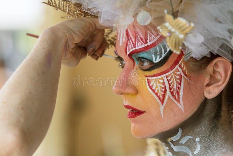 艺术家应用人体彩绘于女性模型的面孔 库存图片