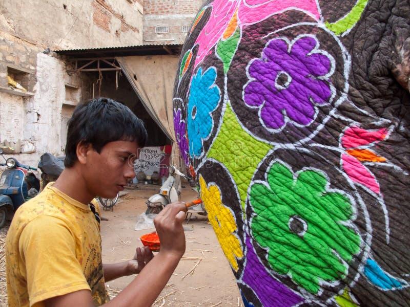 艺术家明亮的颜色大象油漆 库存照片