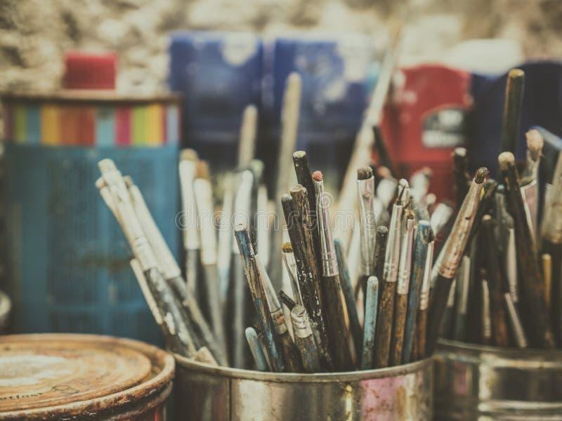 艺术家材料在有颜色数百的演播室brushres 库存图片
