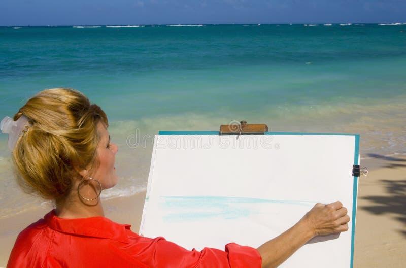 艺术家海滩女性绘画 免版税库存照片