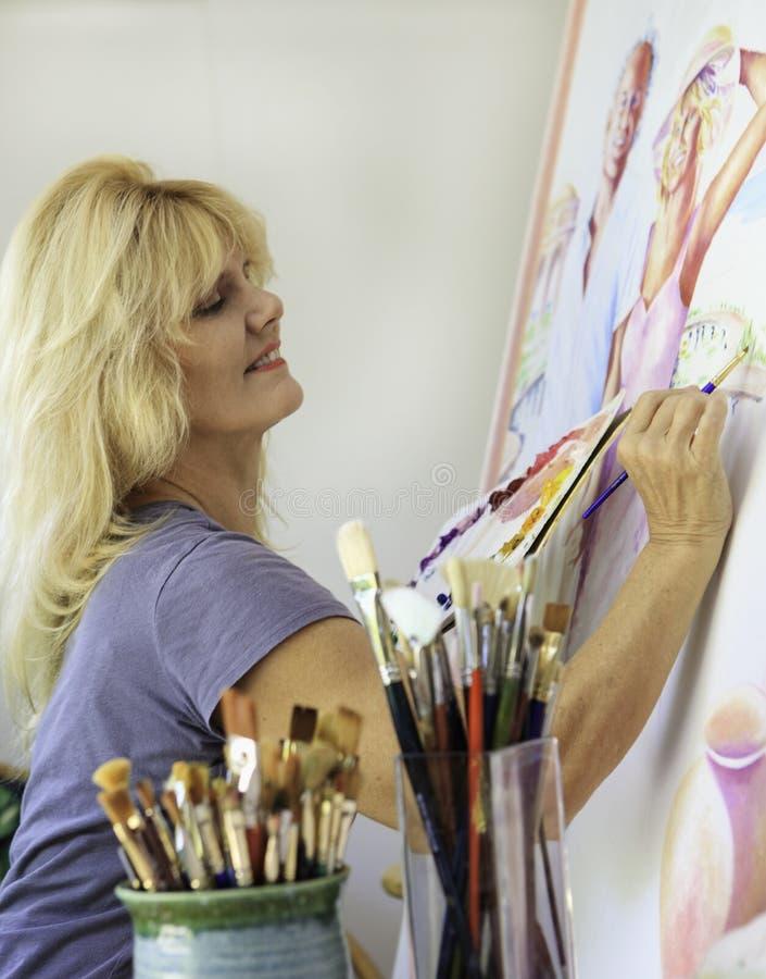 艺术家画布五十年代她的绘画 免版税图库摄影