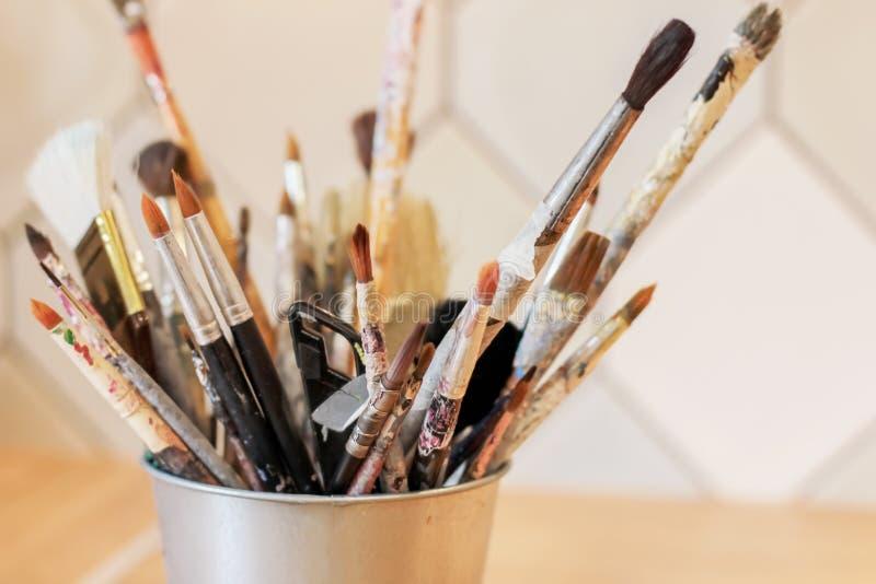 艺术家的不同的刷子金属的刺激 免版税库存图片