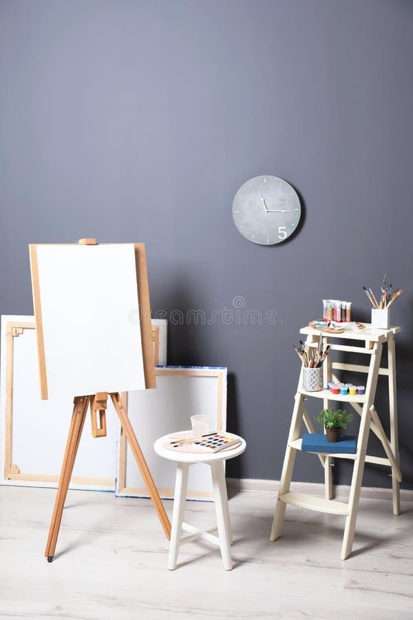 艺术家的与画架和集合的车间内部 向量例证