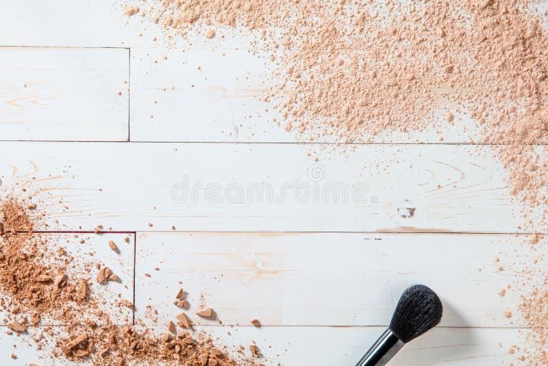 艺术家面孔刷子和构成粉末自然秀丽背景的 免版税库存照片