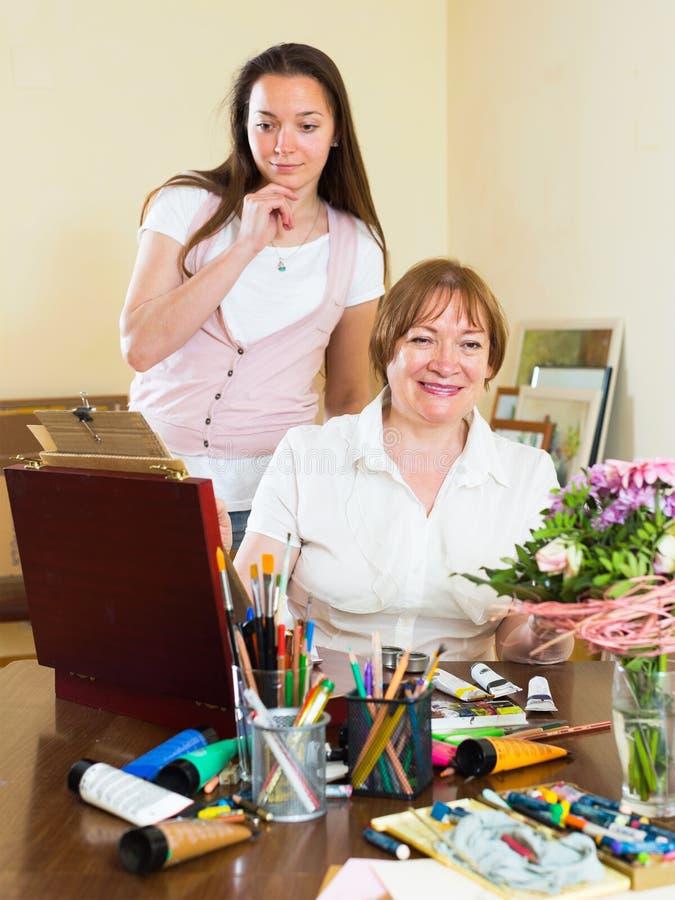 艺术家绘她的钦佩者的一幅画 免版税库存照片
