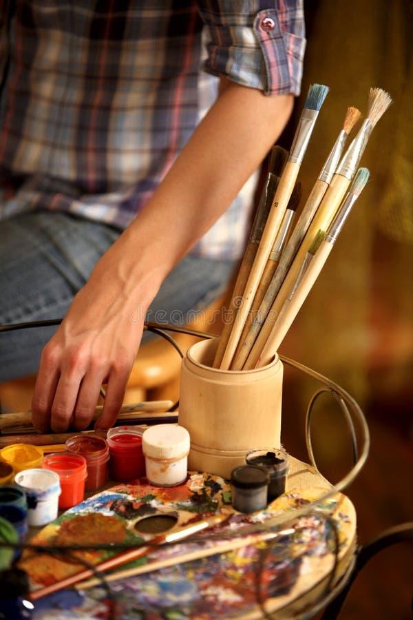 艺术家绘画画架演播室 播种的射击递与刷子的油漆 免版税库存照片