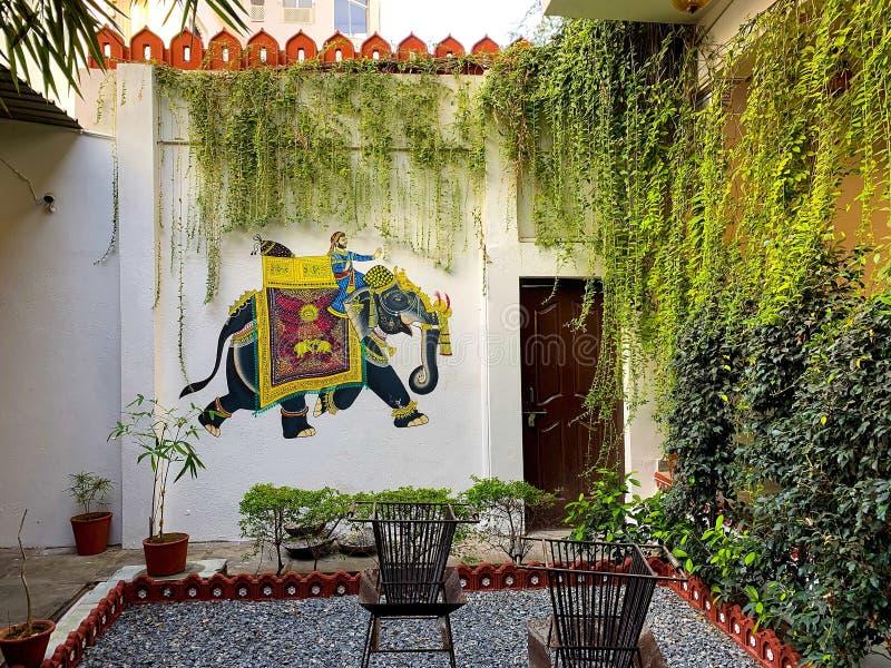 艺术性在乌代浦,拉贾斯坦,印度装饰了传统露台庭院 免版税库存图片