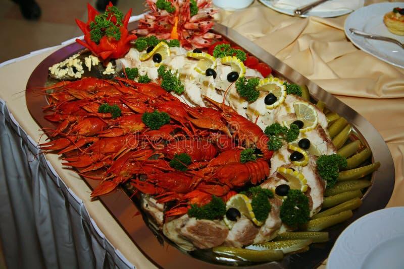 艺术性地装饰用红色与海鸡尾酒的煮沸的小龙虾从厨师-鹿肉盘的一个纤巧  图库摄影
