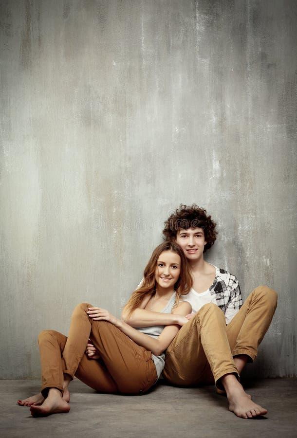 艺术性的夫妇灰色纵向年轻人 免版税库存照片