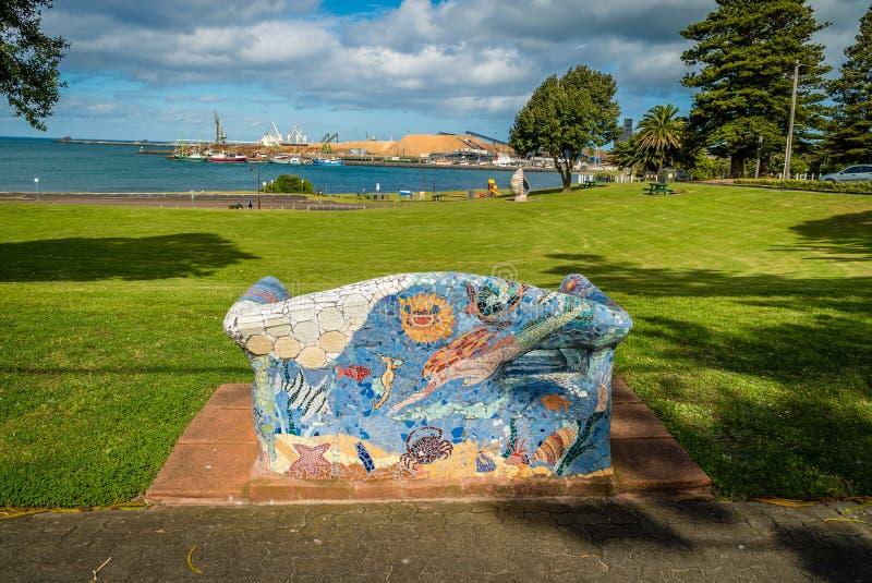 艺术性的长凳和沙发在波特兰,澳大利亚街道  库存照片