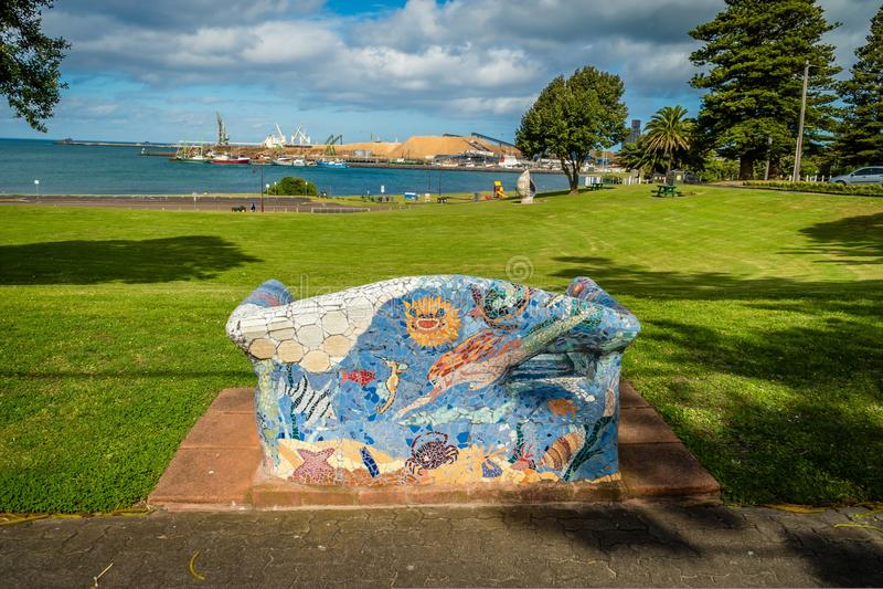 艺术性的长凳和沙发在波特兰,澳大利亚街道  免版税库存照片