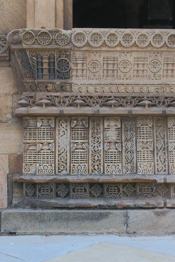 艺术性石雕刻在窗口,伊斯兰教古老历史建筑学 免版税库存照片