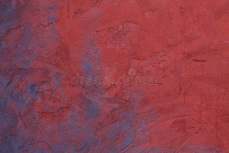 艺术性绘了与退色在混凝土墙上的红色和紫罗兰色蓝色图形设计背景的 库存照片