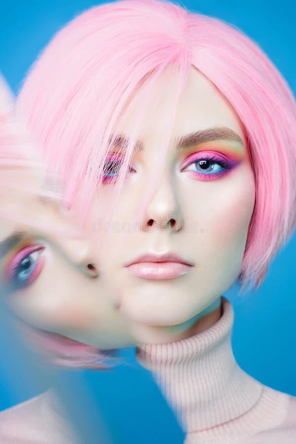 艺术时尚美丽的红头发人妇女演播室画象有现代构成的 免版税库存照片