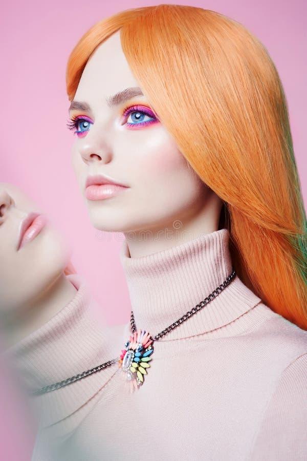 艺术时尚美丽的红头发人妇女演播室画象有花卉首饰的 库存照片