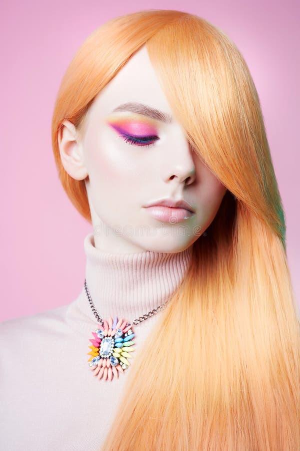 艺术时尚美丽的红头发人妇女演播室画象有花卉首饰的 免版税库存照片