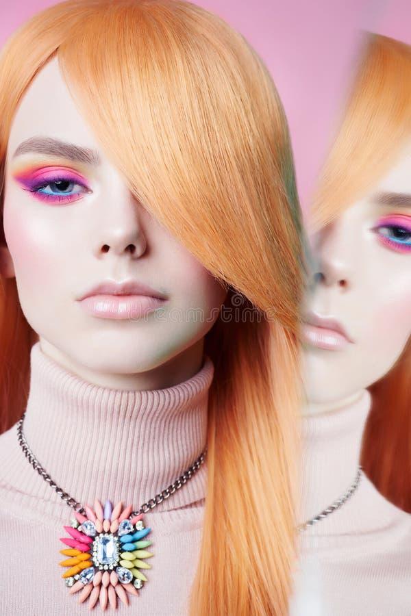 艺术时尚美丽的红头发人妇女演播室画象有花卉首饰的 库存图片