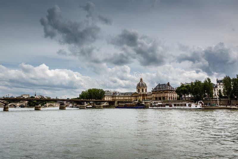 艺术桥桥梁和法国学院,巴黎 免版税图库摄影