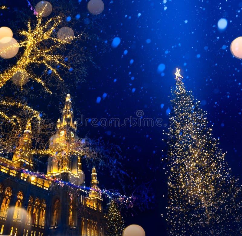 艺术欧洲人圣诞节;圣诞树和老城市; 库存图片