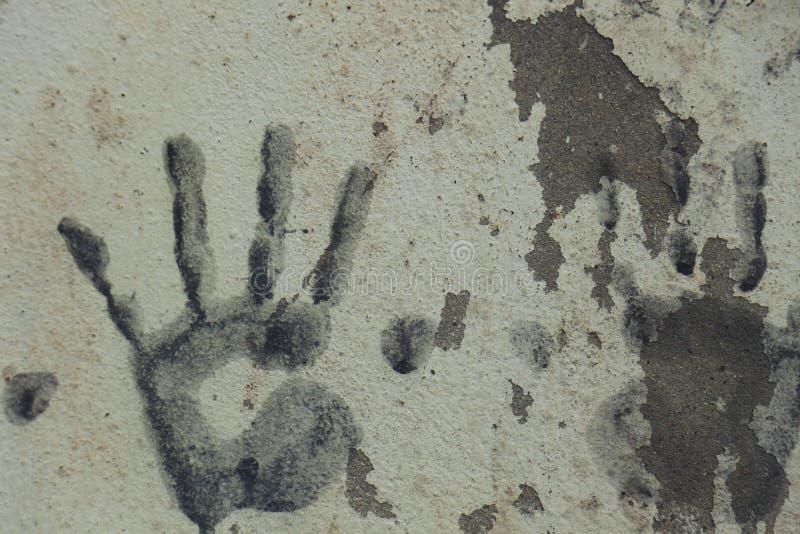 艺术用在油漆的手在墙壁混凝土 库存图片