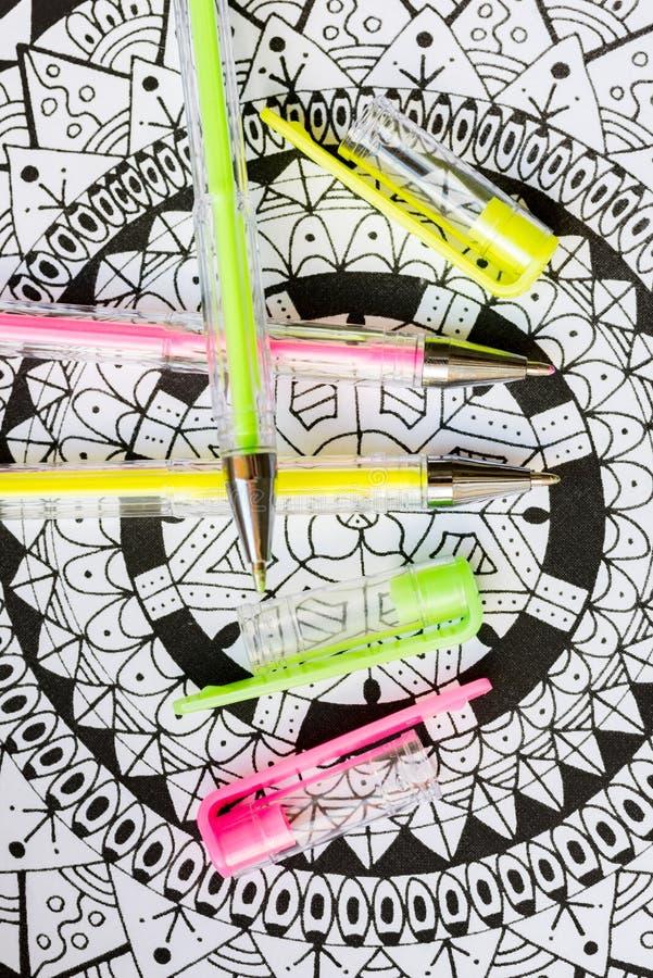 艺术疗法、精神健康、创造性和留心概念 与柔和的淡色彩的成人着色页上色了胶凝体笔,平的位置 免版税库存图片