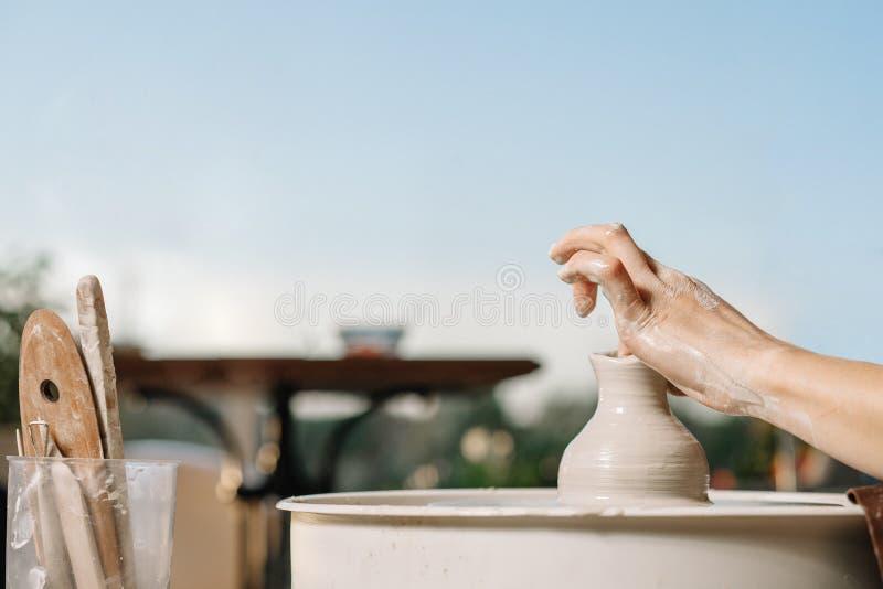 艺术疗法 妇女的手做一个罐黏土在横式转盘 关于瓦器的车间 库存图片