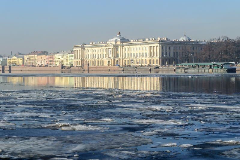 艺术的学院在内娃河的大学堤防的在圣彼得堡 免版税库存照片