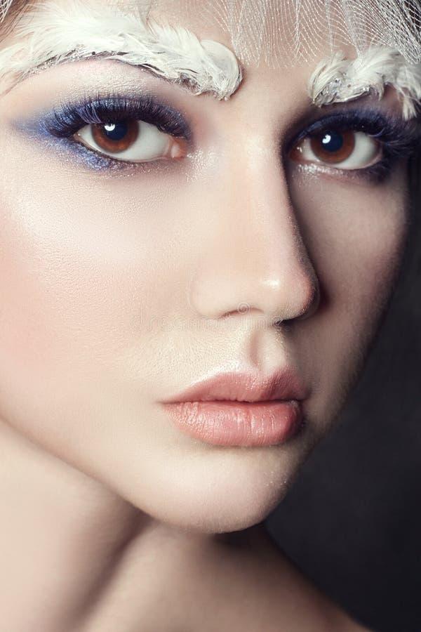 艺术秀丽女孩画象、睫毛和构成 纯净的皮肤、护肤和睫毛 俄国全国礼服和冠状头饰的妇女 免版税图库摄影