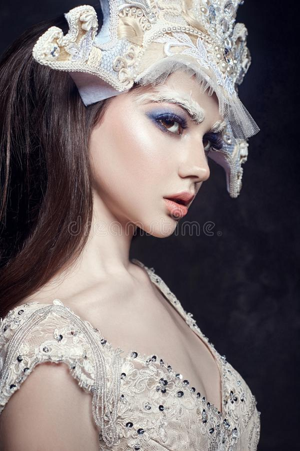 艺术秀丽女孩画象、睫毛和构成 纯净的皮肤、护肤和睫毛 俄国全国礼服和冠状头饰的妇女 库存照片