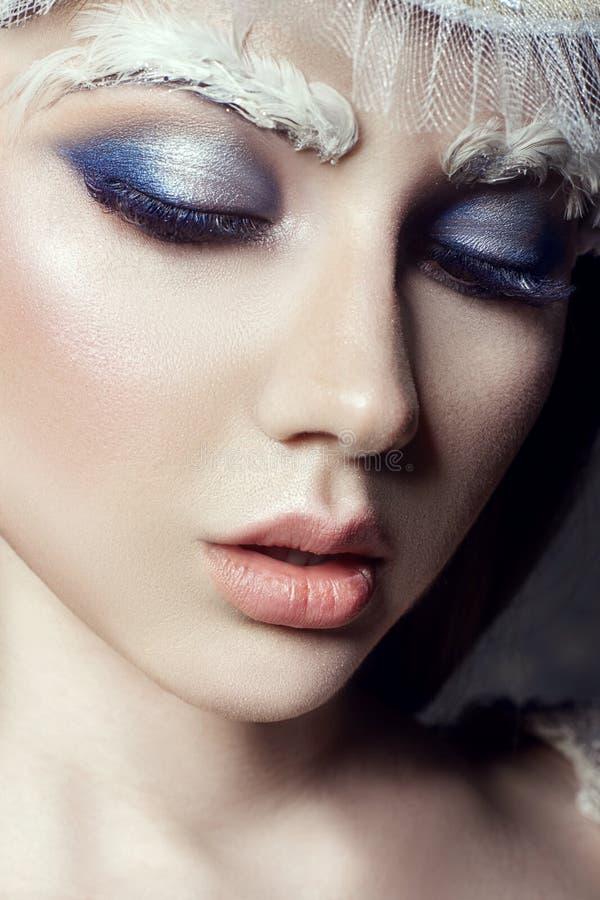 艺术秀丽女孩画象、睫毛和构成 纯净的皮肤、护肤和睫毛 俄国全国礼服和冠状头饰的妇女 免版税库存图片