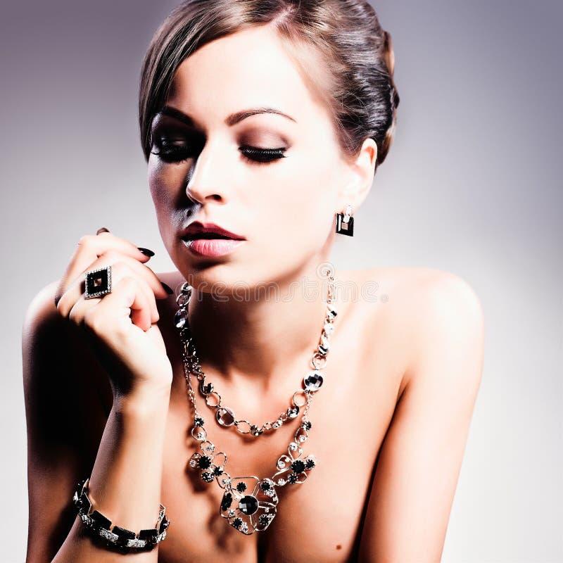 艺术秀丽方式珠宝照片 床单方式放置照片诱人的白人妇女年轻人 秀丽有金刚石辅助部件的样式妇女 库存图片