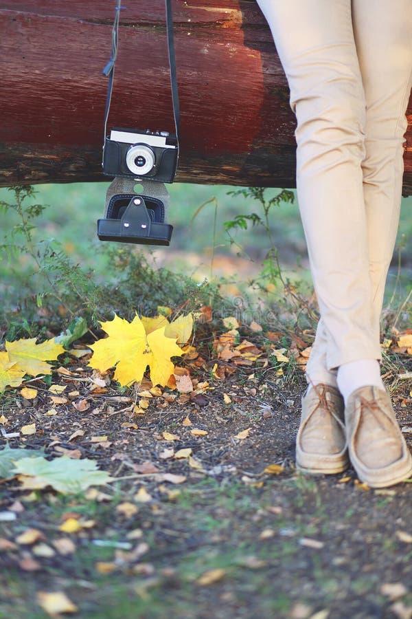 艺术秋天概念,有减速火箭的葡萄酒照相机的时髦的妇女 库存图片