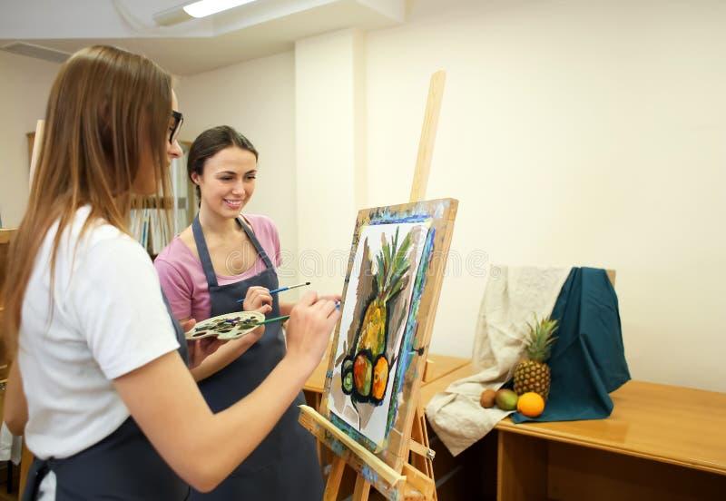 艺术系学生绘画在车间 库存图片