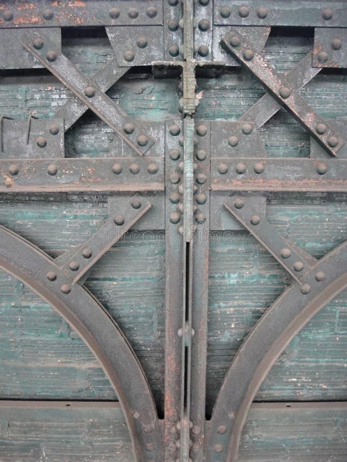 艺术装饰与螺栓的钢和木头门 库存图片