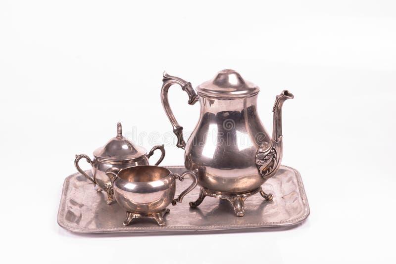 艺术装饰银糖罐和茶壶在盘子 库存图片
