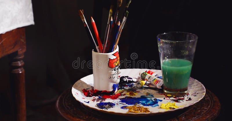 艺术设备,颜色绘画工具,画笔,水玻璃 免版税库存图片