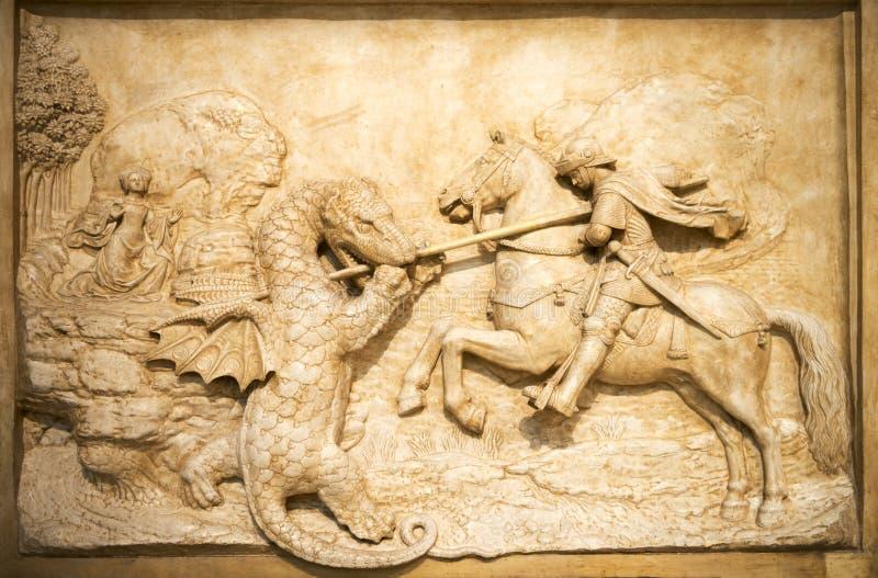 艺术雕塑与龙的骑士争斗 免版税库存图片