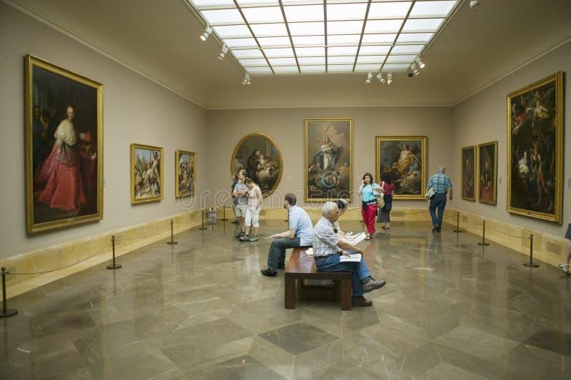 艺术appreciators在Museum de普拉多,普拉多博物馆,马德里,西班牙观看绘画 库存照片