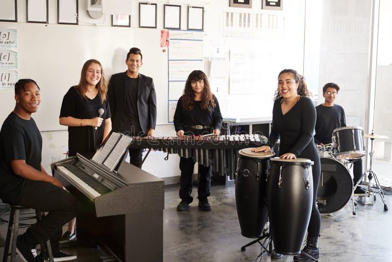 艺校与教师排练乐队演奏学生肖像 库存图片