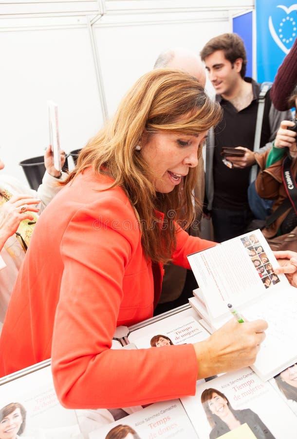 艾丽西亚给在书的桑切斯卡马乔题名 免版税库存图片
